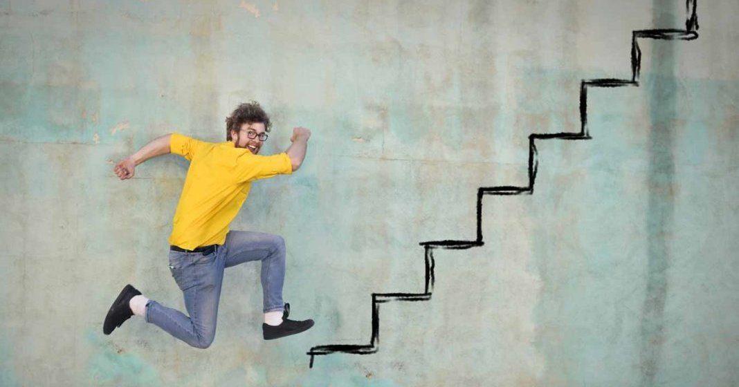 Junger Mann läuft gezeichnete Treppe hinauf